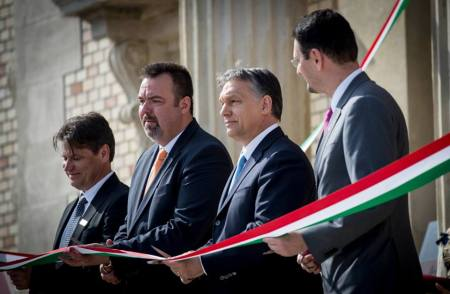 Orbán Viktor miniszterelnök és L. Simon László, a budai várnegyed megújításáért felelős kormánybiztos a felújított Várkert Bazár átadásán 2014. április 3-án