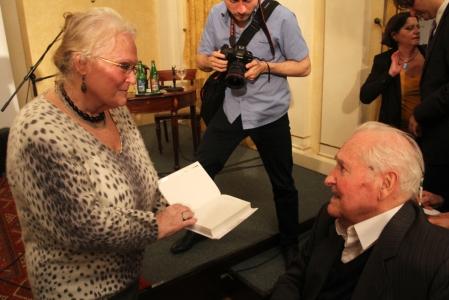 Tisztelője dedikáltat Kányádi Sándor Kossuth-díjas költővel a művész 85. születésnapi köszöntőjén a Petőfi Irodalmi Múzeumban 2014. május 13-án (Fotó: Mészáros Márton)