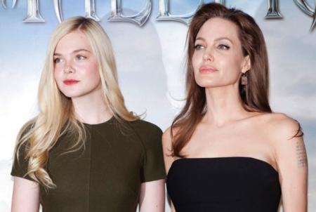 Elle Fanning és Angelina Jolie színésznők a Demóna című filmjük sajtótájékoztatóján Párizsban 2014. május 7-én