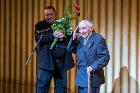 Gera Zoltán színművész átveszi Vidnyánszky Attila igazgatótól a Nemzet Színésze címet a Nemzeti Színházban 2014. május 8-án (Fotó:  Eöri Szabó Zsolt)
