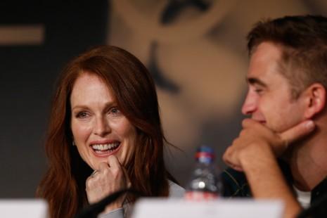 Julianne Moore amerikai és Robert Pattinson brit színész a Maps To The Stars című filmjük sajtótájékoztatóján a 67. Cannes-i Nemzetközi Filmfesztiválon 2014. május 19-én