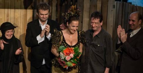 Fésűs Nelly színművész köszöntése a Karinthy Színház színpadán