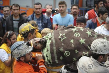 Áldozat holttestét szállítják a somai bányaszerencsétlenség helyszínén 2014. május 14-én