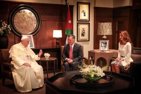 Ferenc pápa Abdalláh jordániai király és felesége, Raina királyné társaságában az ammáni királyi palotában 2014. május 24-én