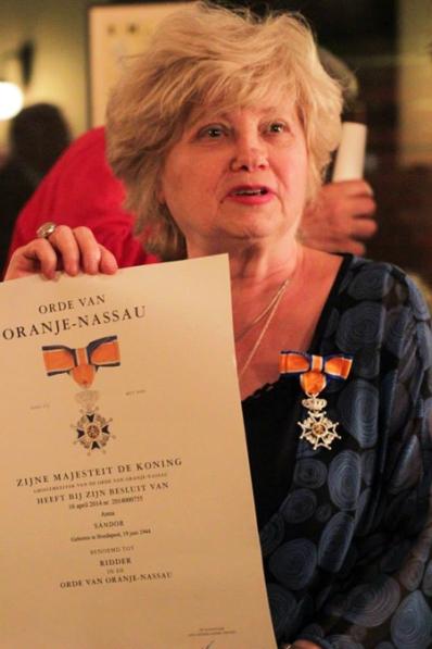 Sándor Anna, a Spinoza Ház igazgatója az Orániai-Nassau rend lovagkeresztjével a holland nagykövetségen 2014. április 28-án