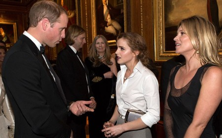 Vilmos cambridge-i herceg és Emma Watson brit színésznő, valamint Kate Moss brit modell beszélget a windsori palotában 2014. május 13-án
