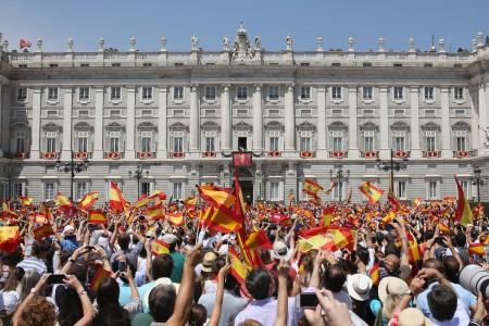 VI. Fülöp spanyol királyt ünneplő tömeg az uralkodó beiktatási ceremóniája alatt a madridi Zarzuela-palota előtt 2014. június 18-án