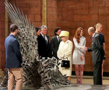 II. Erzsébet brit királynő a Trónok harca (Game of Thrones) című sorozat forgatási helyszínén Belfastban 2014. június 24-én