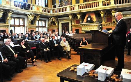 Tarlós István főpolgármester átadja a Budapest díszpolgára elismeréseket a Fővárosi Közgyűlés ünnepi ülésén az Újvárosháza dísztermében 2014. június 19-én