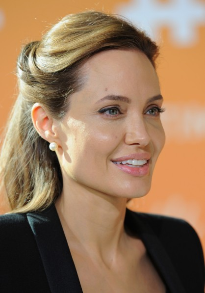 Angelina Jolie amerikai színésznő a háborús övezetekben elkövetett nemi erőszak és következményei elleni fellépésről rendezett konferencián Londonban 2014. június 11-én