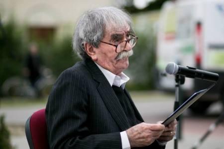 Juhász Ferenc Kossuth-díjas költő beszédet mond, miután szülővárosa, Biatorbágy díszpolgárává avatták 2014. június 17-én