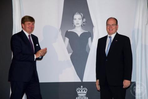 Vilmos Sándor holland király  és II. Albert monacói uralkodó herceg kezet fog a Grace Kelly életéről kiállítás megnyitóján a hollandiai Apeldoornban 2014. június 3-án