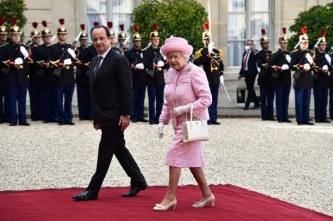 Francois Hollande francia elnök és II. Erzsébet brit királynő a párizsi államfői rezidencián, az Elysée-palotában 2014. június 5-én
