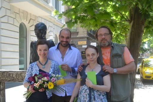 Kováts Adél, Pál András és Schneider Zoltán színművészek, valamint Farkas Erzsébet súgó a Radnóti-díjjal a színház előtt Budapesten 2014. június 13-án