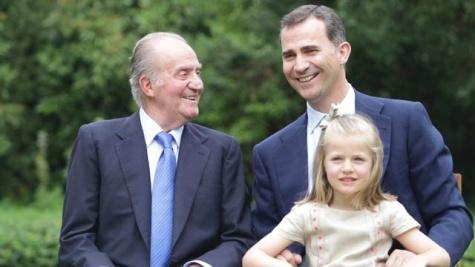 János Károly spanyol király fiával, Fülöp herceggel és unokájával, Leonóra hercegnővel