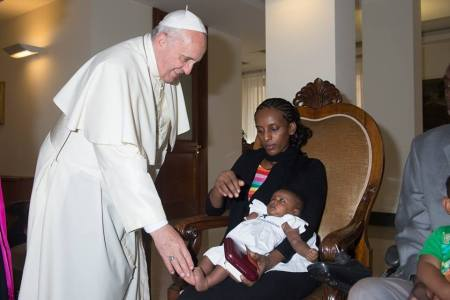 Ferenc pápa fogadja a hitehagyás miatt halálra ítélt Meriam Ibrahim szudáni asszonyt Vatikánban 2014. július 24-én
