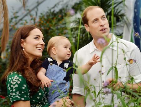 György herceg szüleivel, Katalin hercegnővel és Vilmos herceggel a Londoni Természetudományi Múzeum lepkekiállításán 2014. július 2-án