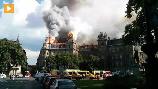 Egy Kodály köröndi lakóház tetőszerkezete és legfelső emelete lángokban 2014. július 15-én