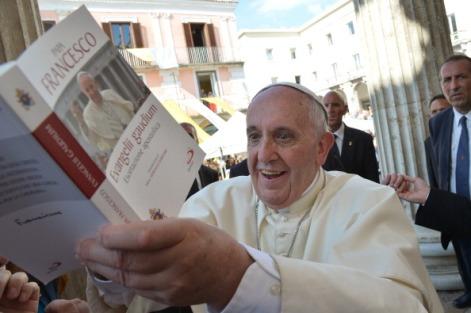 Ferenc pápa könyvet ír alá az olaszországi Campobassóban 2014. július 5-én