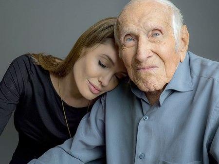 Angelina Jolie Oscar-díjas amerikai színésznő és Louis Zamperini olimpikon, világháborús veterán