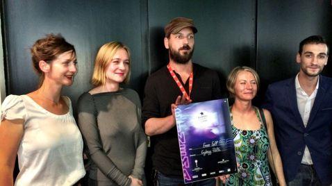 Pálfi György filmrendező a Szabadesés című alkotásáért átvett elismeréssel a Karlovy Vary-i Nemzetközi Filmfesztiválon 2014. július 12-én