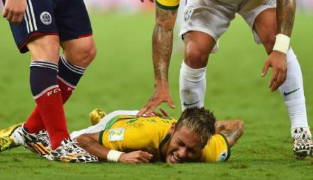 Neymar brazíl labdarúgó a földön, miután csigolyatörést szenvedett a brazil labdarúgó-vb Kolumbia-Brazília mérkőzésén 2014. július 4-én
