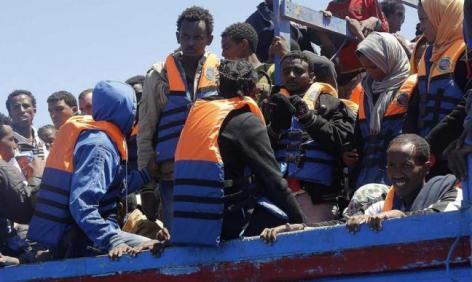 Észak-afrikai bevándorlók Lampedusa szigete közelében 2014. július 21-én