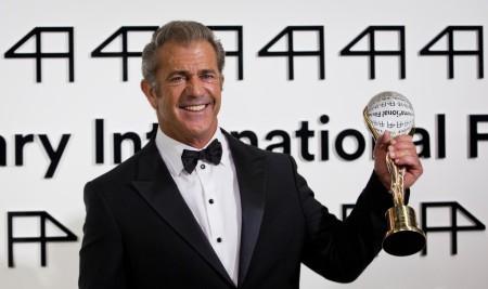 Mel Gibson Oscar-díjas amerikai színész a Kristály Glóbusz-díjjal a Karlovy Vary-i filmfesztiválon 2014. július 4-én