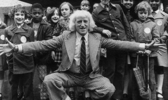 Sir Jimmy Savile (1926-2011) brit televíziós műsorvezető gyermekek körében