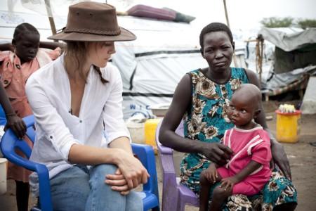 Keira Knightley brit színésznő egy dél-szudáni menekülttáborban 2014 júniusában
