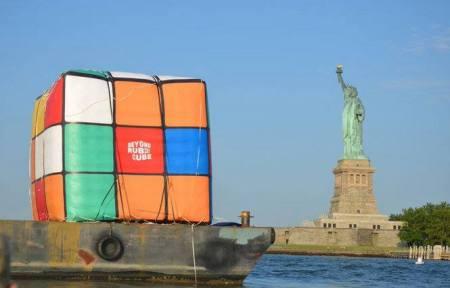 Rubik-kocka New Yorkban feltalálója, Rubik Ernő 70. születésnapja alkalmából 2014. július 11-én