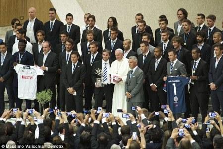 Ferenc pápa és labdarúgók a Vatikánban 2014. szeptember 1-jén