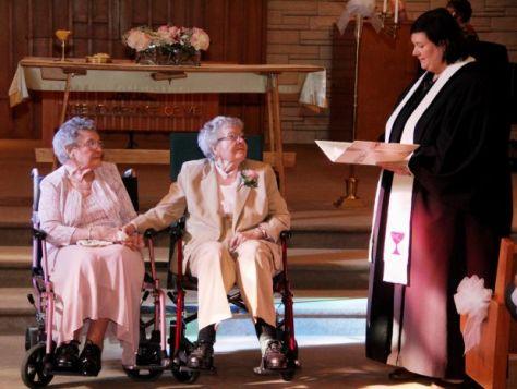 Vivian Boyack és Alice Dubes esküvőjükön az iwoai Davenportban 2014. szeptember 6-án
