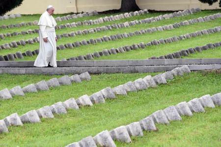 Ferenc pápa Fogliano-Redipuglia katonai temetőben 2014. szeptember 13-án