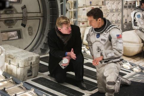 Christopher Nolan brit-amerikai filmrendező instruálja Matthew McConaughey amerikai színészt a Csillagok között forgatásán (Paramount Pictures)