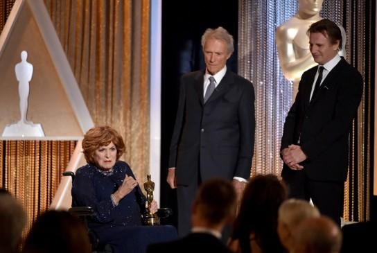 Maureen O'Hara ír színésznő Clint Eastwood amerikai színész és Liam Neeson ír színész társaságában a tiszteletbeli Oscar-díja átvételekor Los Angelesben 2014. november 8-án