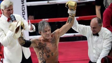 Mickey Rourke amerikai színész, miután legyőzte ellenfelét, a a 29 éves Elliot Seymourt Moszkvában 2014. november 28-án