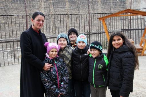 Sziklavári Beáta tanárnő az általa tanított gyerekekkel az Alsóerdősori Bárdos Lajos Gimnáziumban 2014. november 26-án (Fotó: Mészáros Márton)