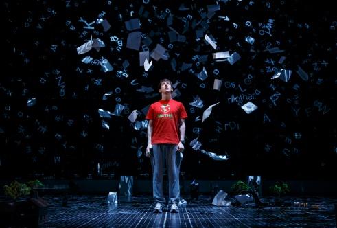 Jelenet a A kutya különös esete az éjszakában című musical Broadway-előadásából